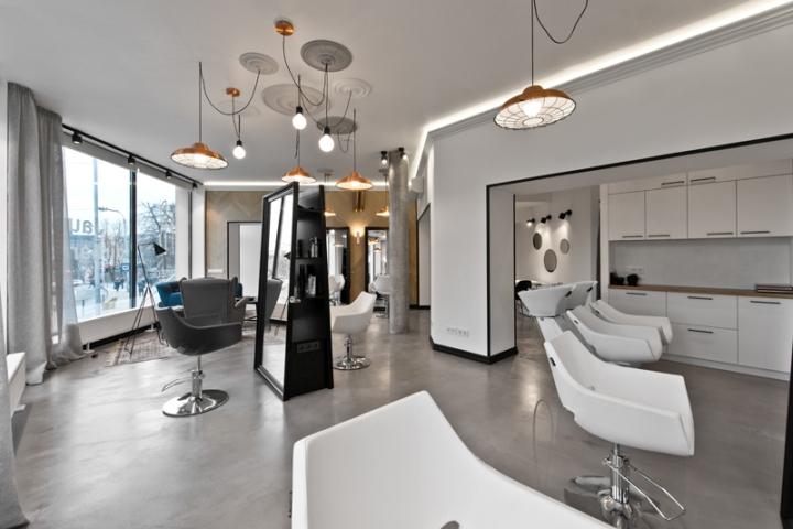 Белые стены и потолок в салоне-красоты