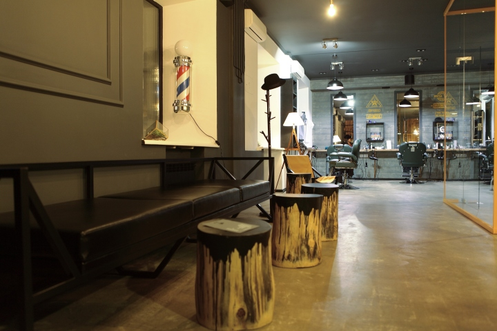 Деревянные столики в парикмахерской