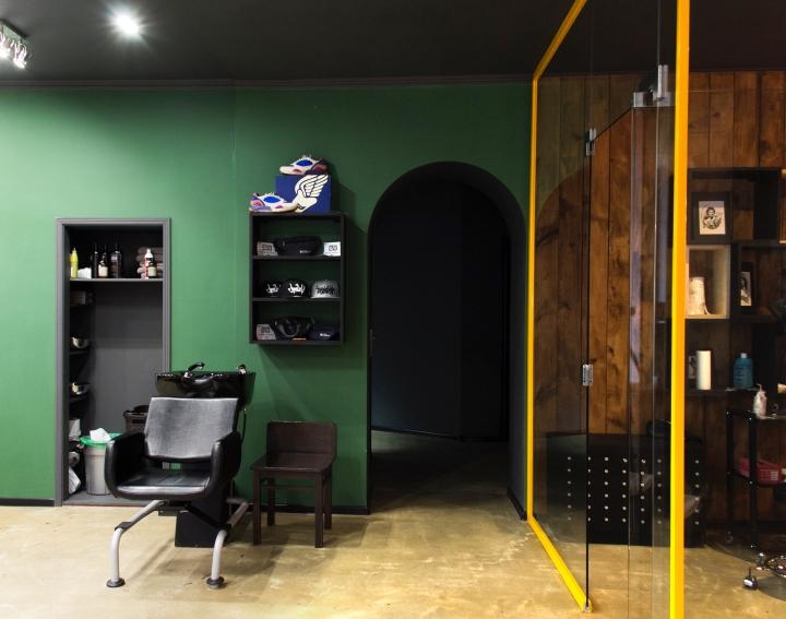 Серый потолок в парикмахерской