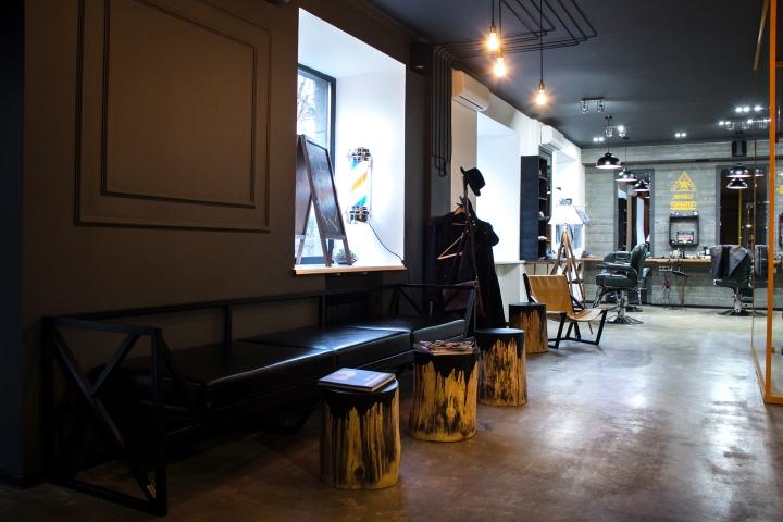Кожаная мебель в парикмахерской