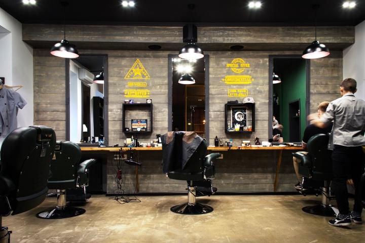 Деревянная отделка стены в парикмахерской
