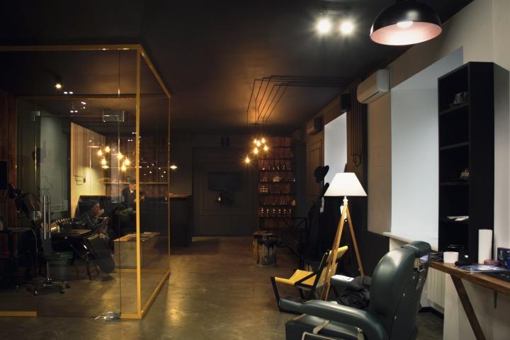 Стеклянная комната для процедур в парикмахерской