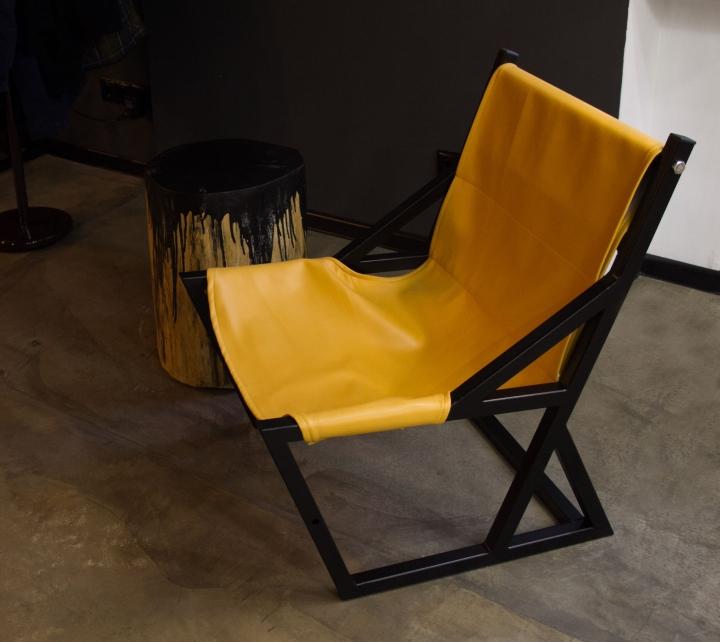 Желтое кресло в парикмахерской
