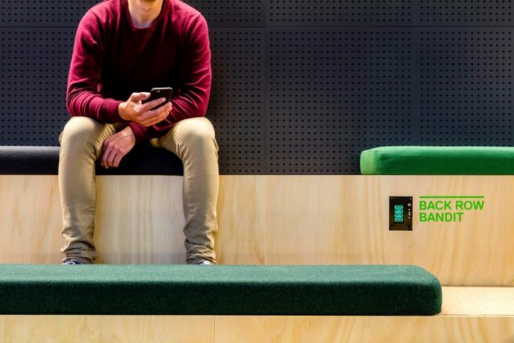 Мягкие подушки в качестве сидения в букмекерской конторе