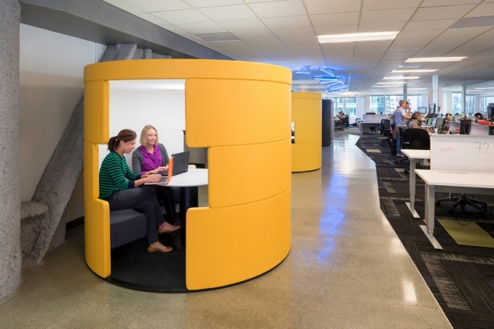 Кабинеты в форме капсул в офисе