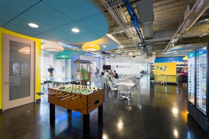 Игровая зона рядом со столовой в офисе