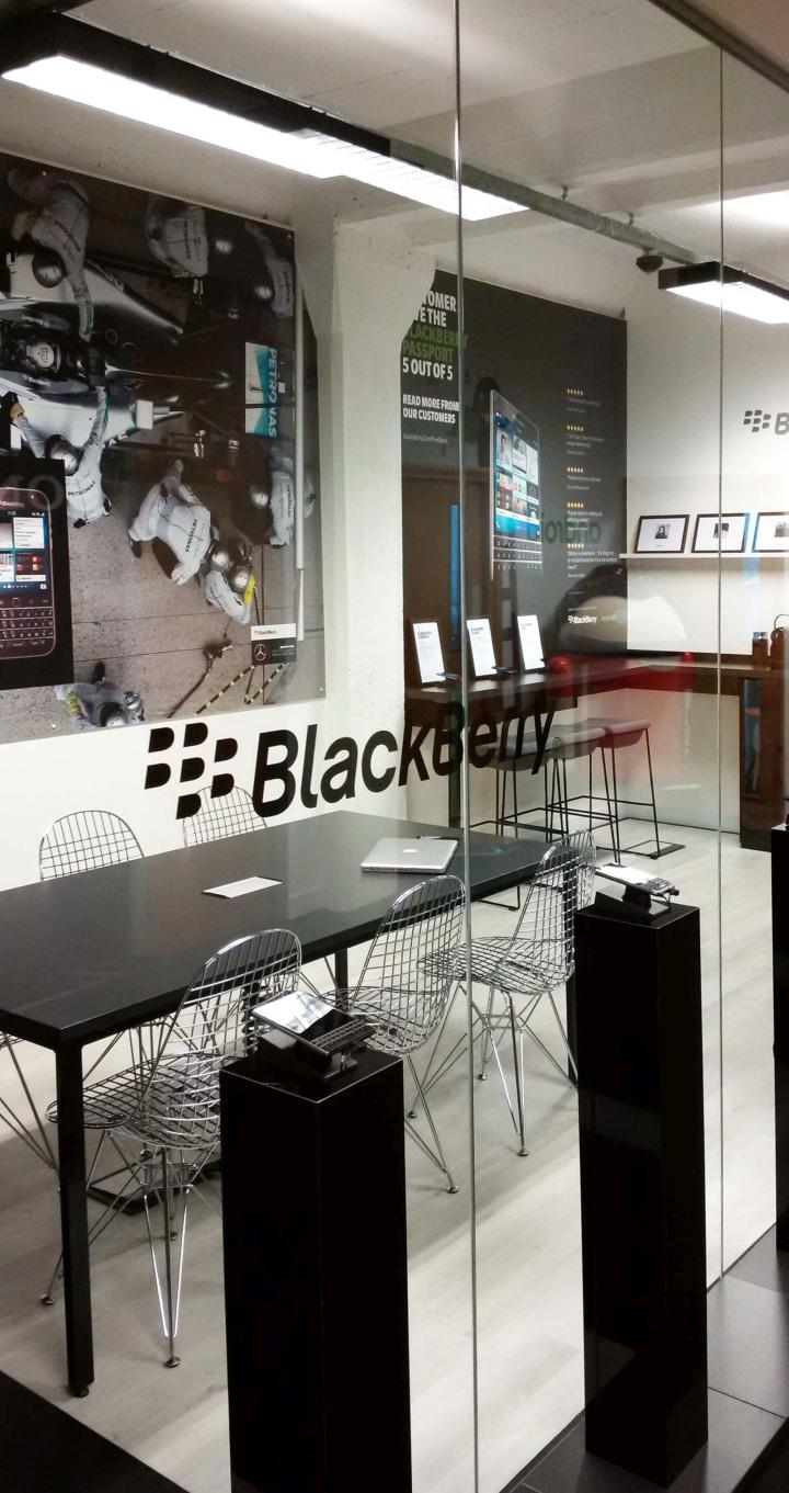 Стильный интерьер кабинета в черном цвете