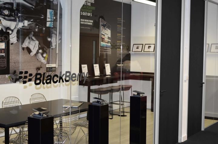 Белые стены и черная мебель в кабинете