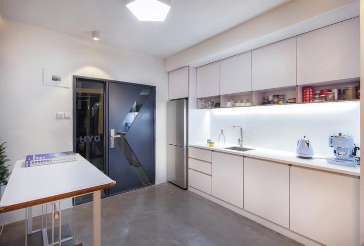 Уютная кухня в офисе DYH Studio