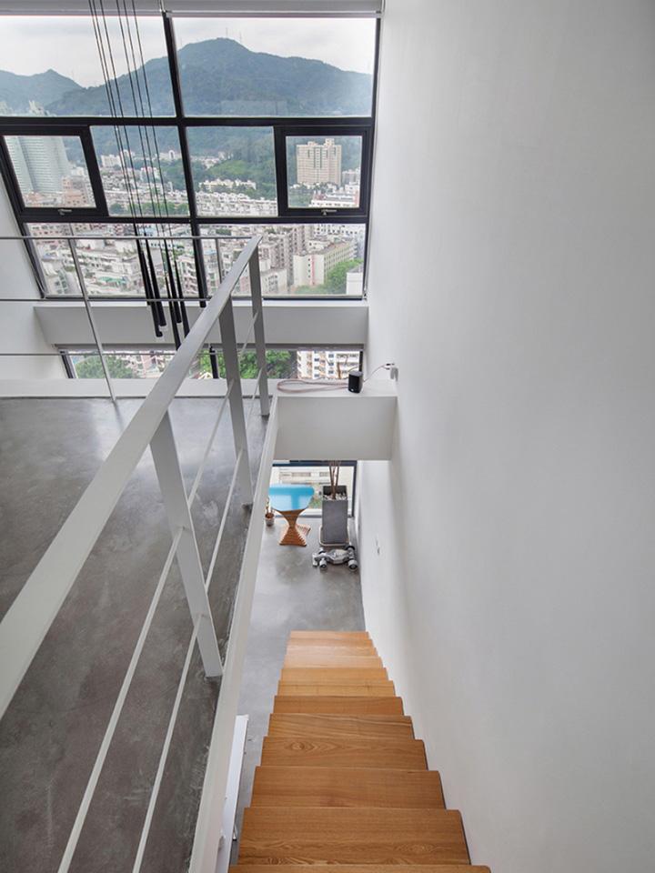 Деревянная лестница в офисе DYH Studio