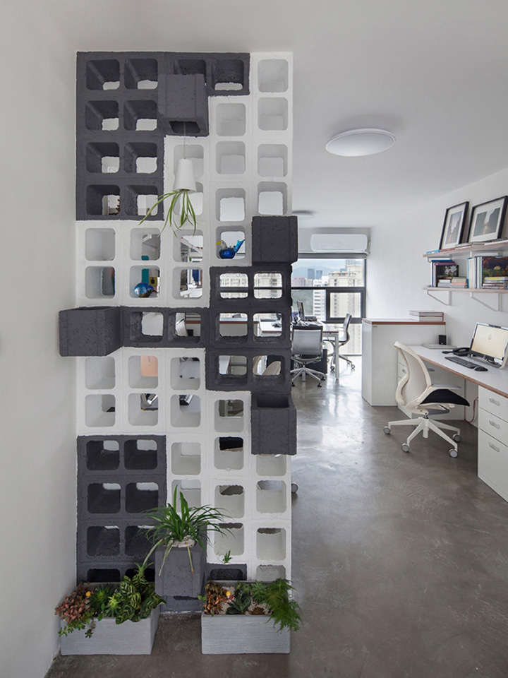Перегородка из бетонных блоков в офисе