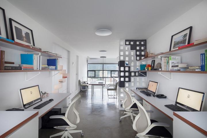 Интерьер небольшого офиса в белом цвете