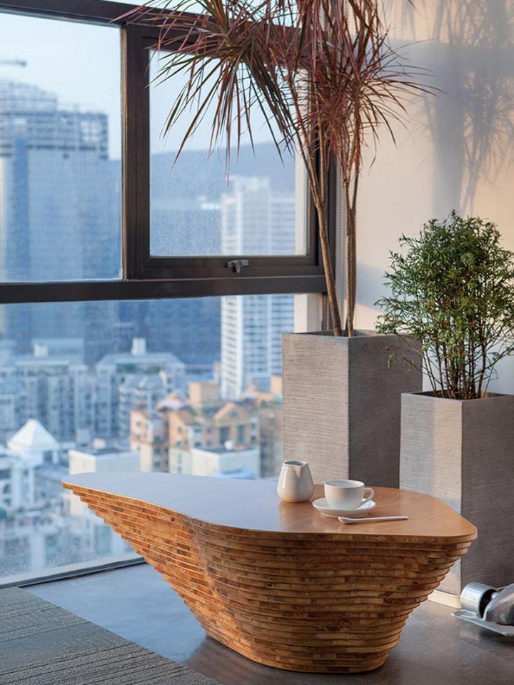 Красивый дизайнерский журнальный стол в офисе