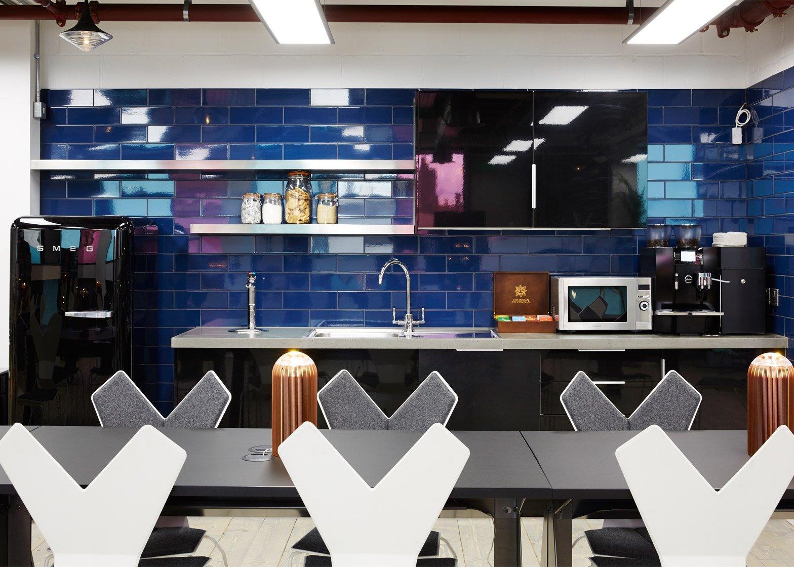 Оригинальный дизайн коворкинг офиса в синем цвете
