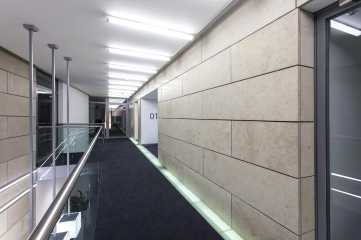 Длинный коридор офиса 55 Princess Street в Англии