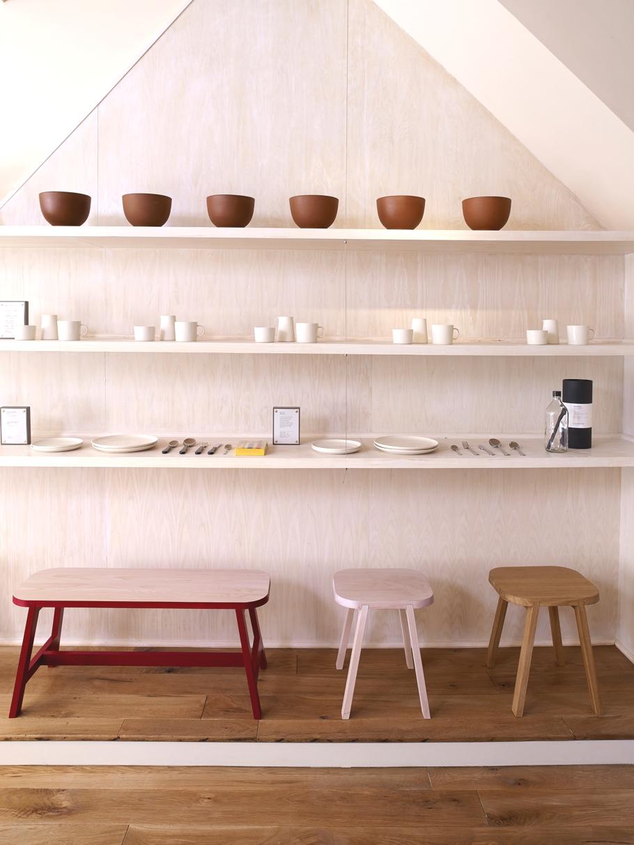 Предметы декора на полках в магазине мебельной компании