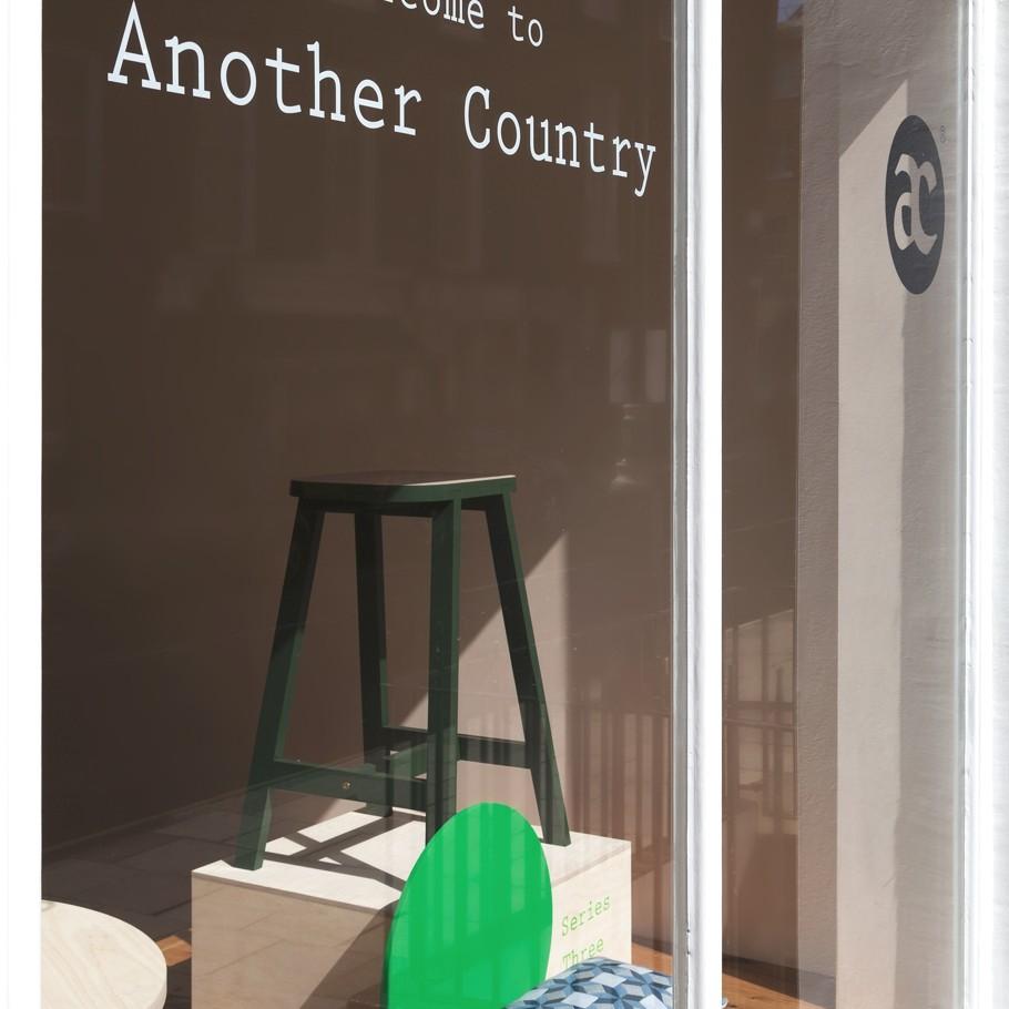 Надпись на окне в магазине мебельной компании