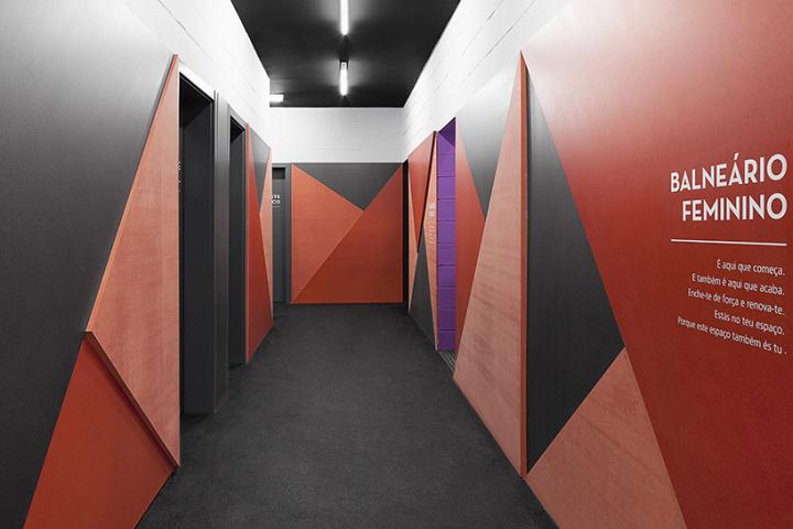 Креативное оформление стен коридора в фитнес-клубе