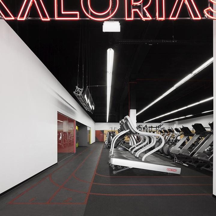 Чёрный потолок в фитнес-клубе