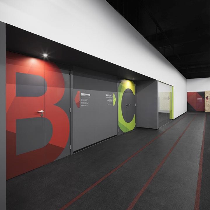 Бетонный пол коридора в фитнес-клубе