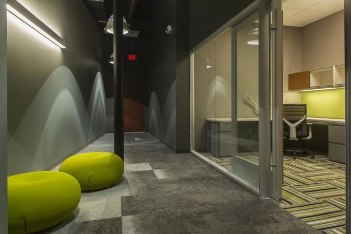 Зеленые пуфы в интерьере офиса Generations Bank