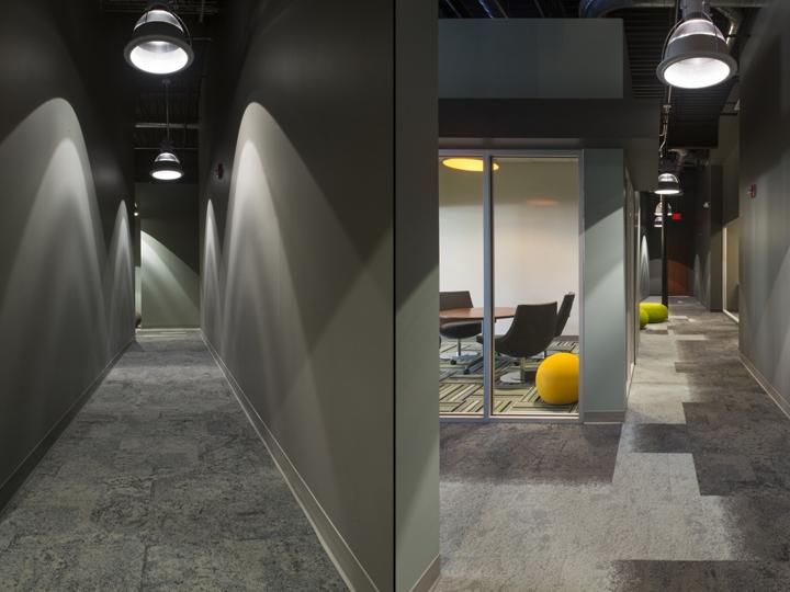 Серые коридоры в офисе Generations Bank