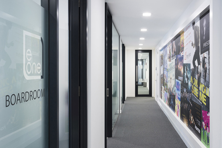 Широкие коридоры в офисе Entertainment One