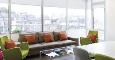 Зона отдыха с панорамными окнами в офисе Entertainment One
