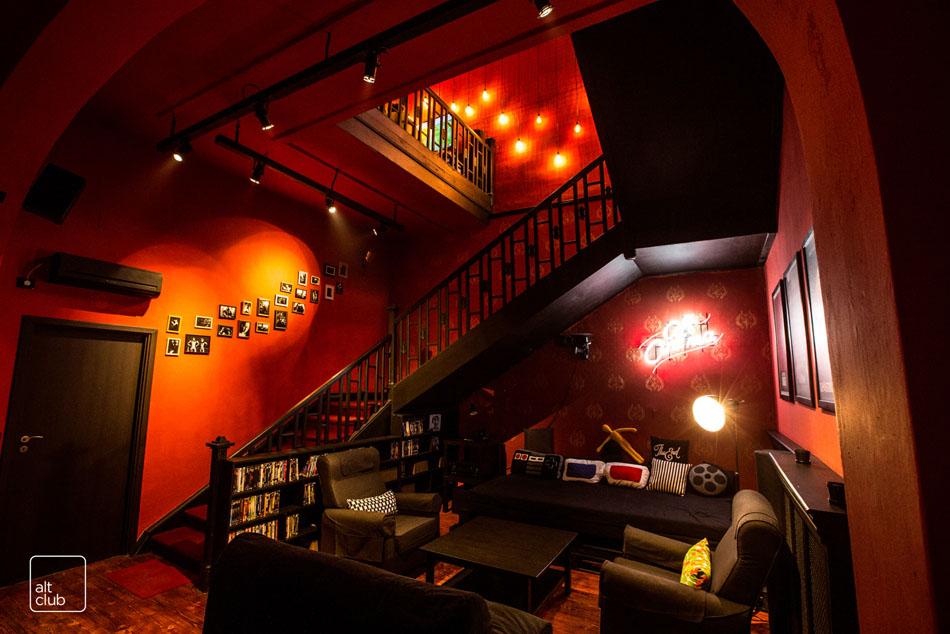 Красные стены в клубе