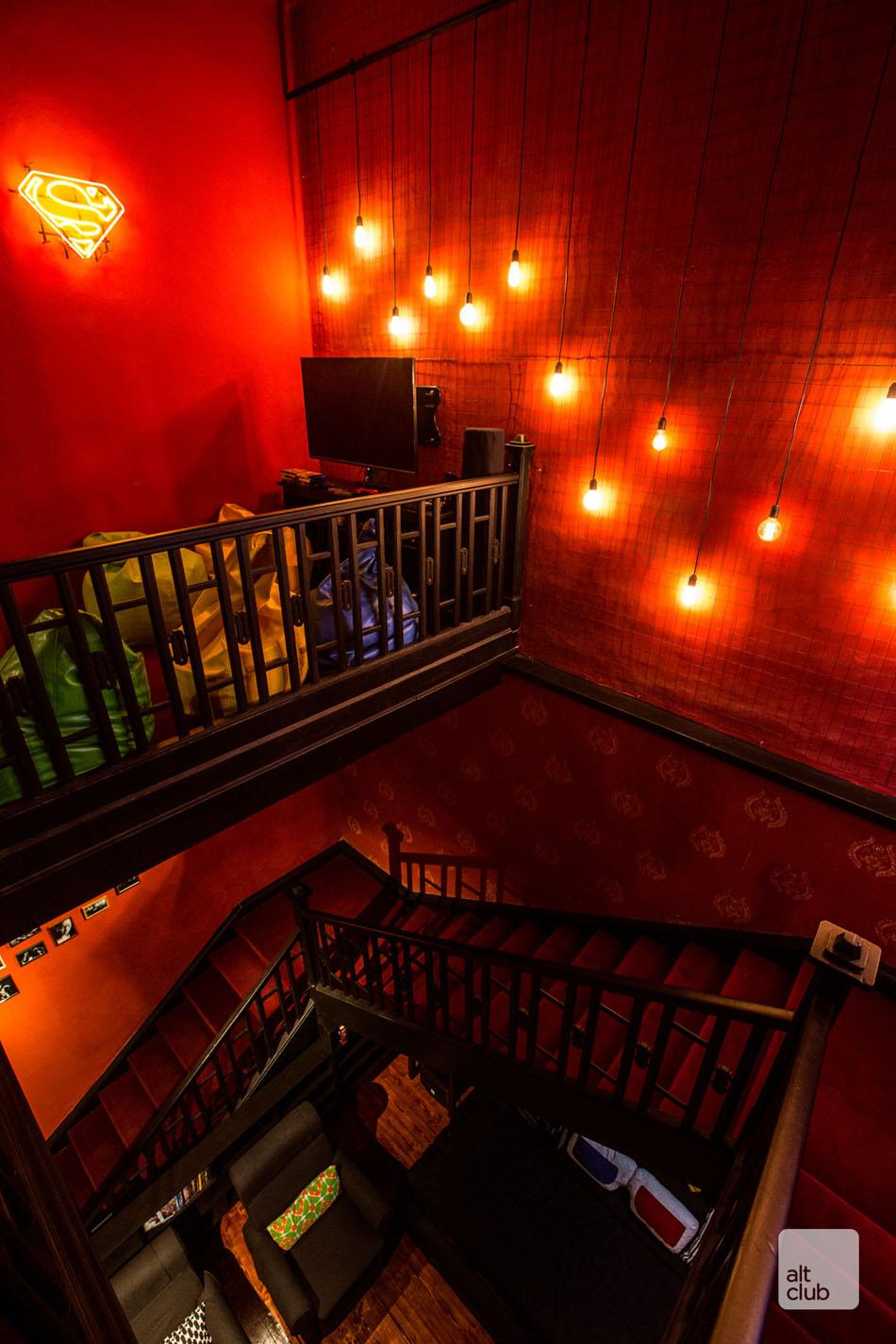 Свисающие светильники в клубе