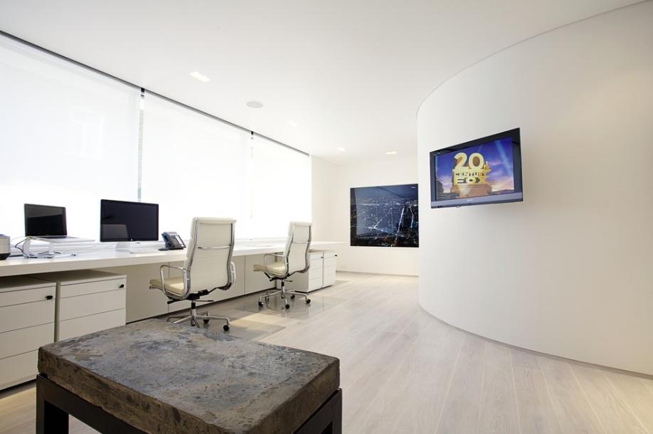 Белоснежное оформление кабинета в офисе