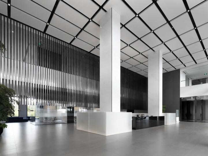 Белый потолок в черными линиями и колонны