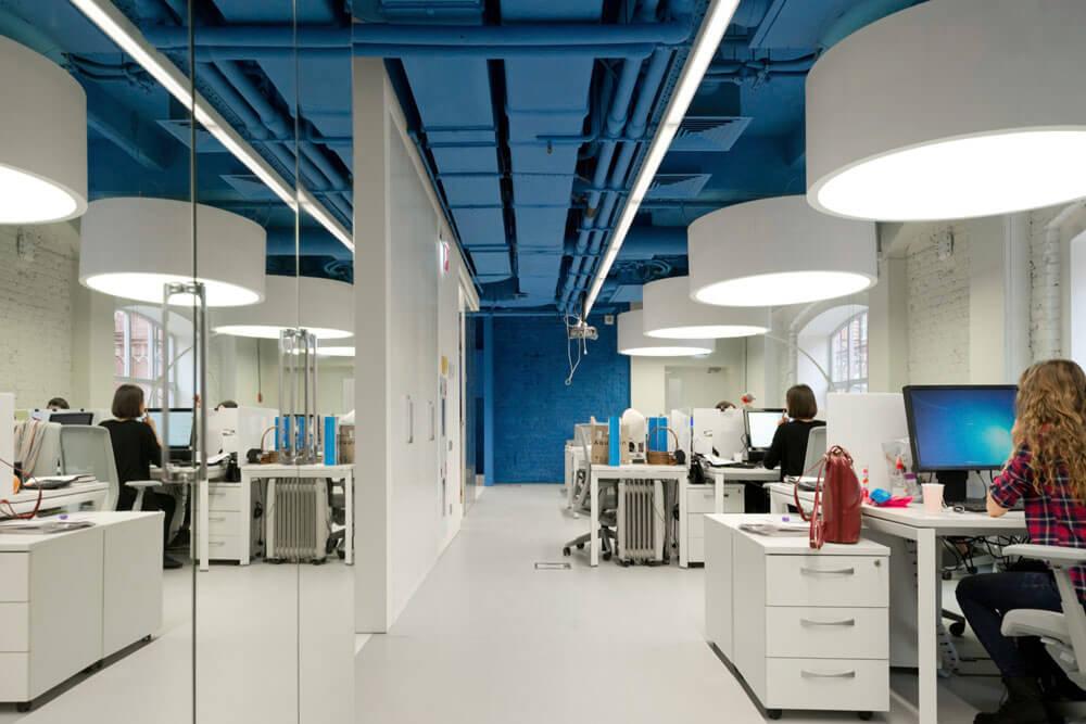 Креативное оформление офиса синие потолок и стены, белые пол и мебель - фото 1