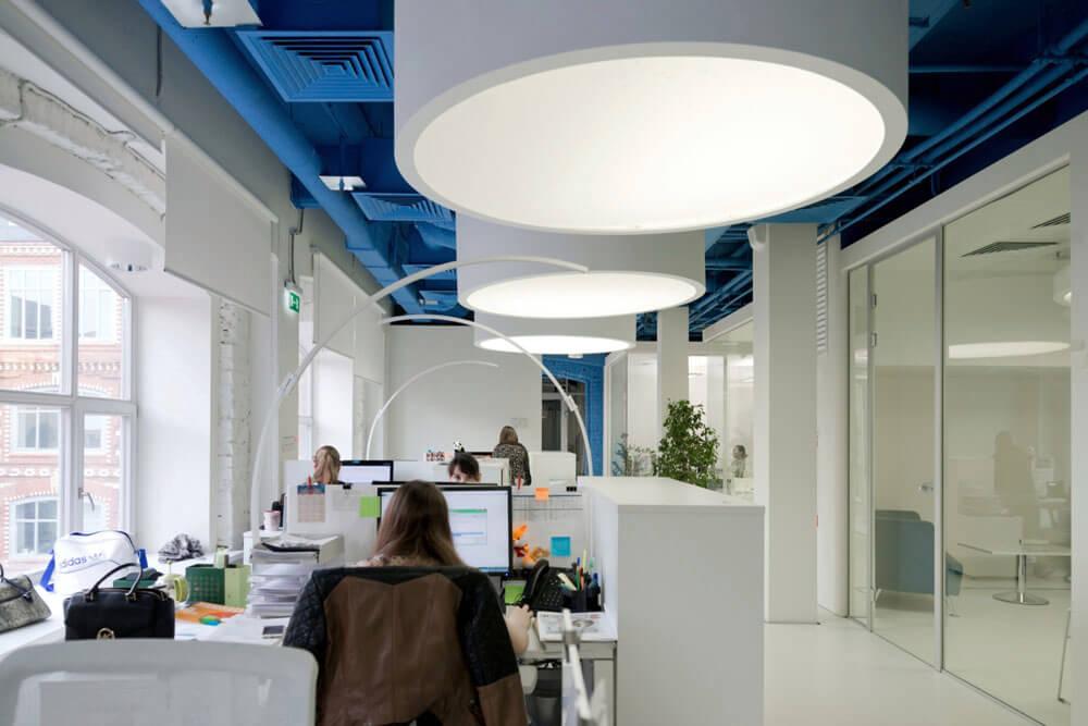 Креативное оформление офиса - синие потолок и стены, белые пол и мебель - фото 2