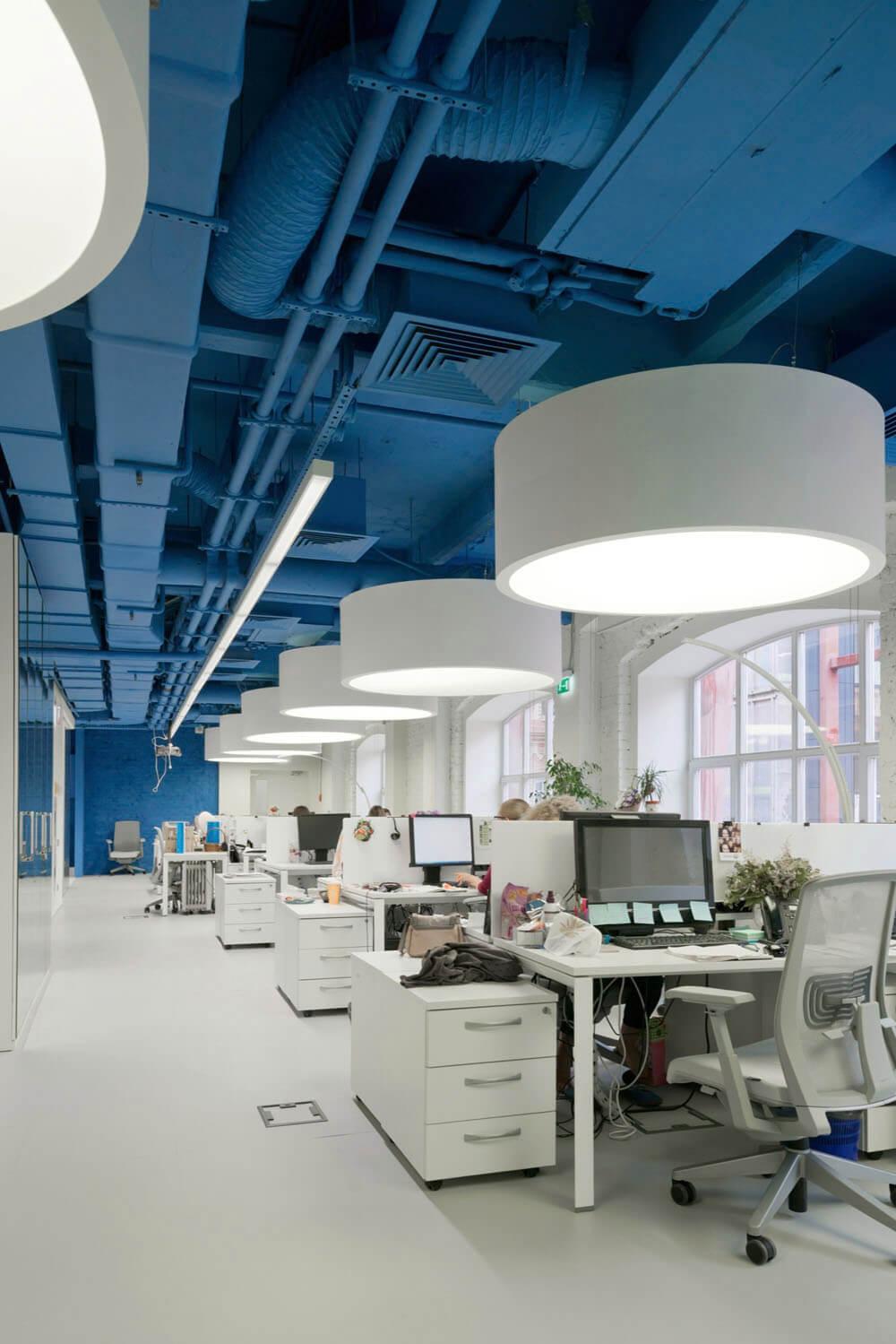 Креативное оформление офиса - синие потолок и стены, белые пол и мебель - фото 3