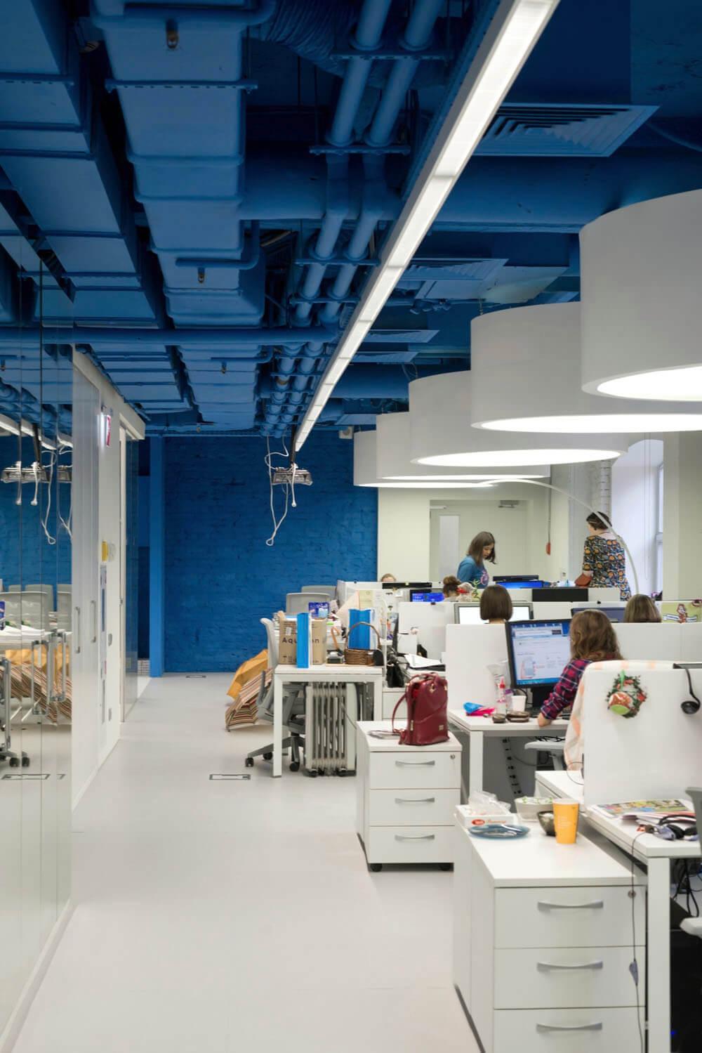 Креативное оформление офиса - синие потолок и стены, белые пол и мебель - фото 4