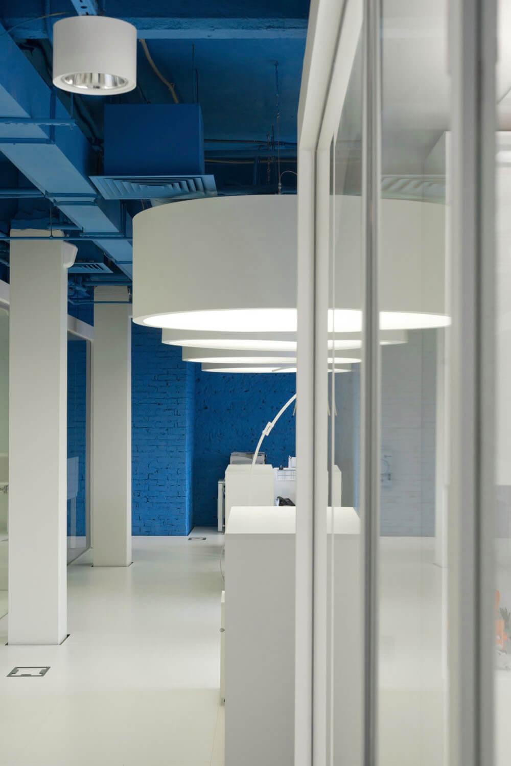 Креативное оформление офиса - синие потолок и стены, белые пол и мебель - фото 5