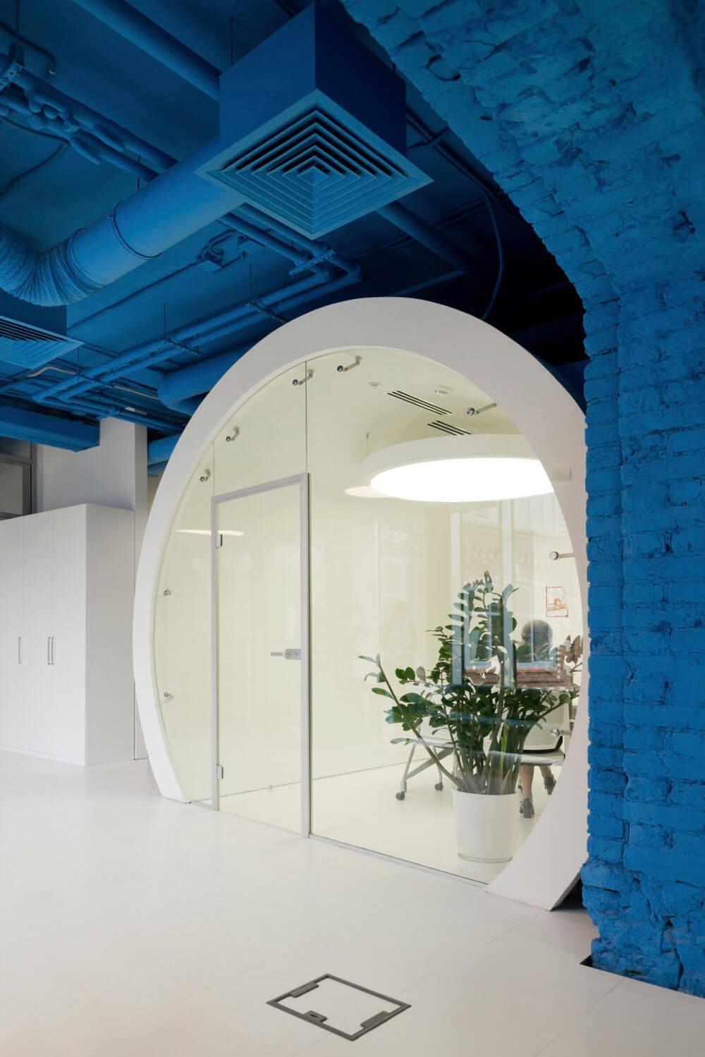 Креативное оформление офиса -белый цилиндр со стеклянной дверью - фото 2