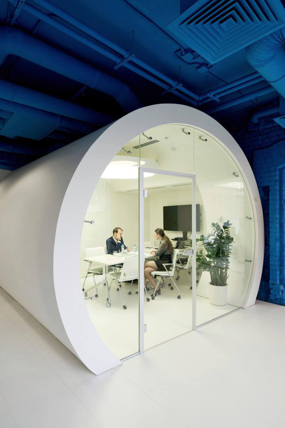 Креативное оформление офиса Optimedia Media - белый цилиндр со стеклянной дверью - фото 1