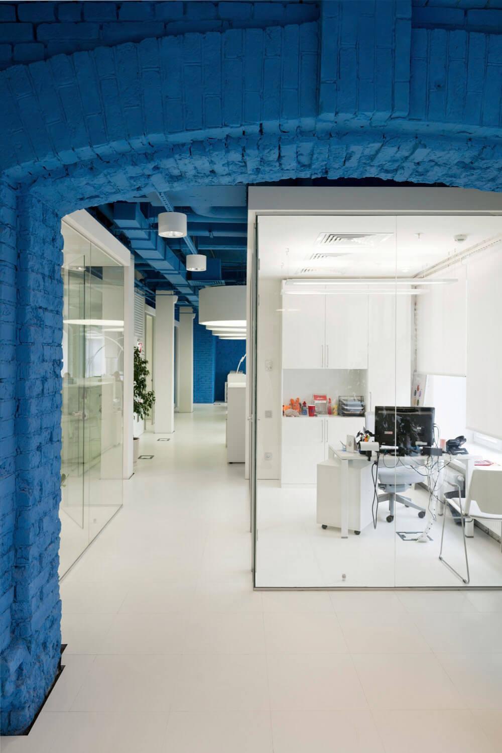 Креативное оформление офиса синий потолок, белые балки и пол, стеклянные стены офисов - фото 2