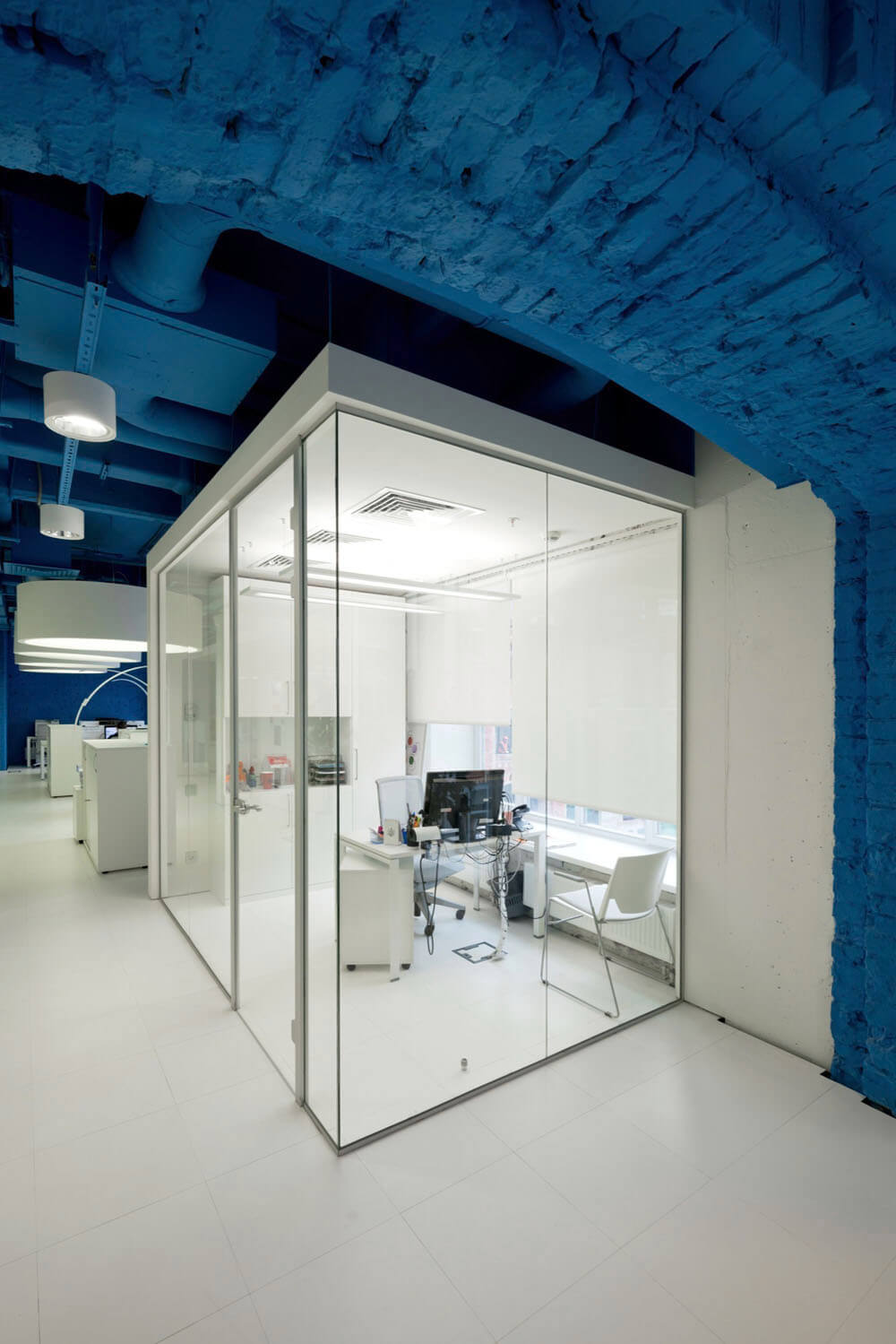 Креативное оформление офиса синий потолок, белые балки и пол, стеклянные стены офисов - фото 3