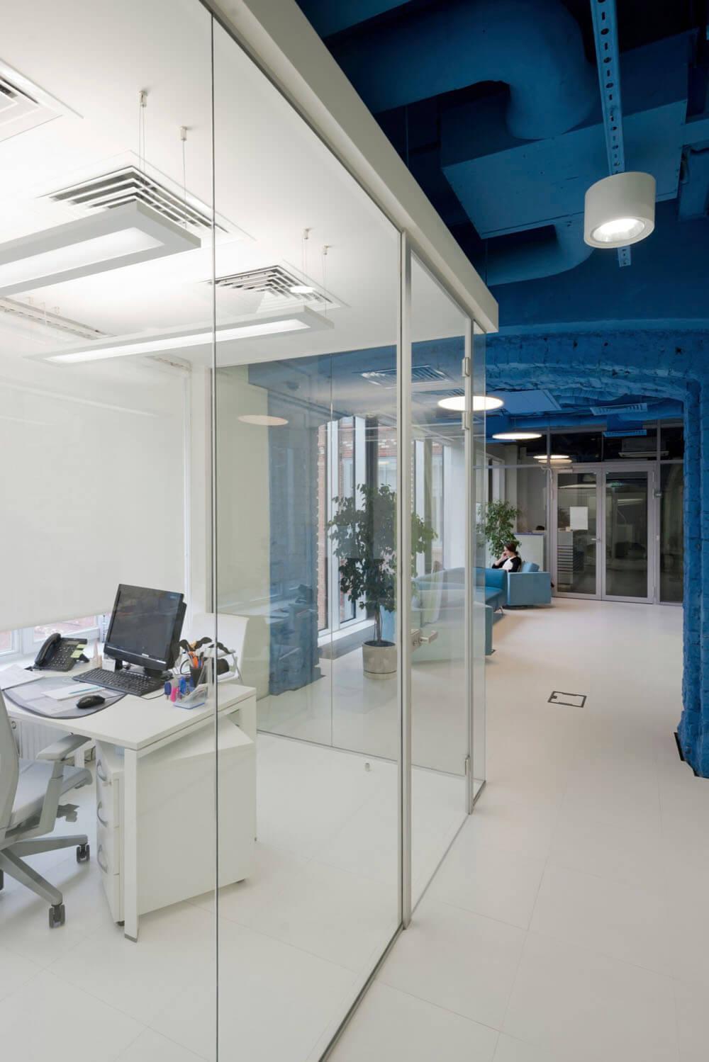 Креативное оформление офиса синий потолок, белые балки и пол, стеклянные стены офисов - фото 5