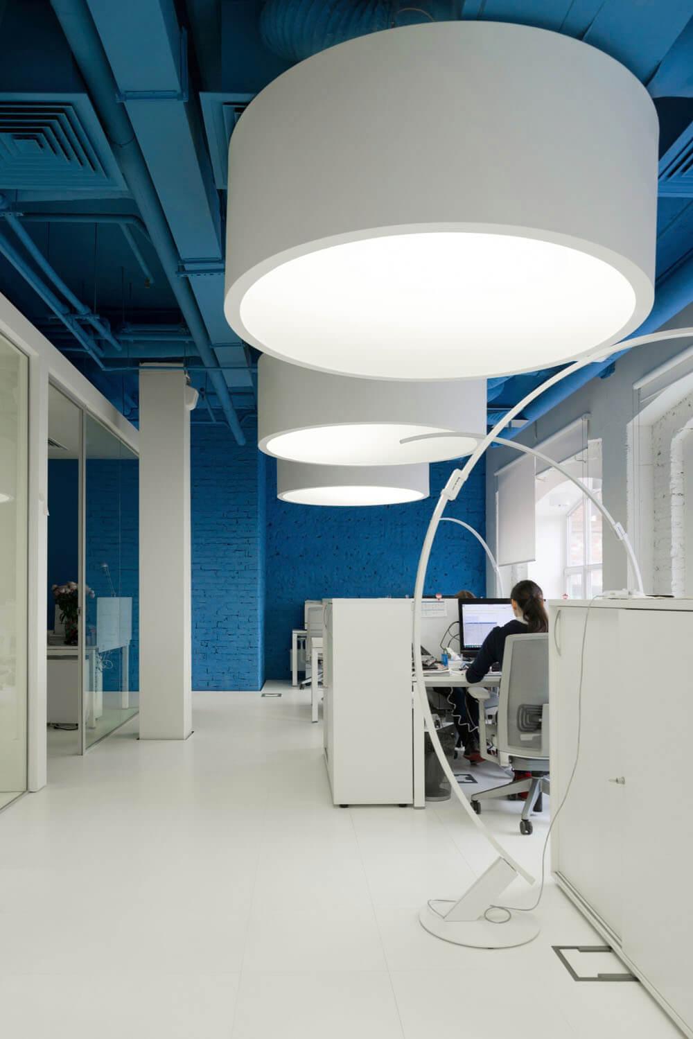 Креативное оформление офиса -синий потолок с большими белыми цилиндрическими светильниками - фото 1