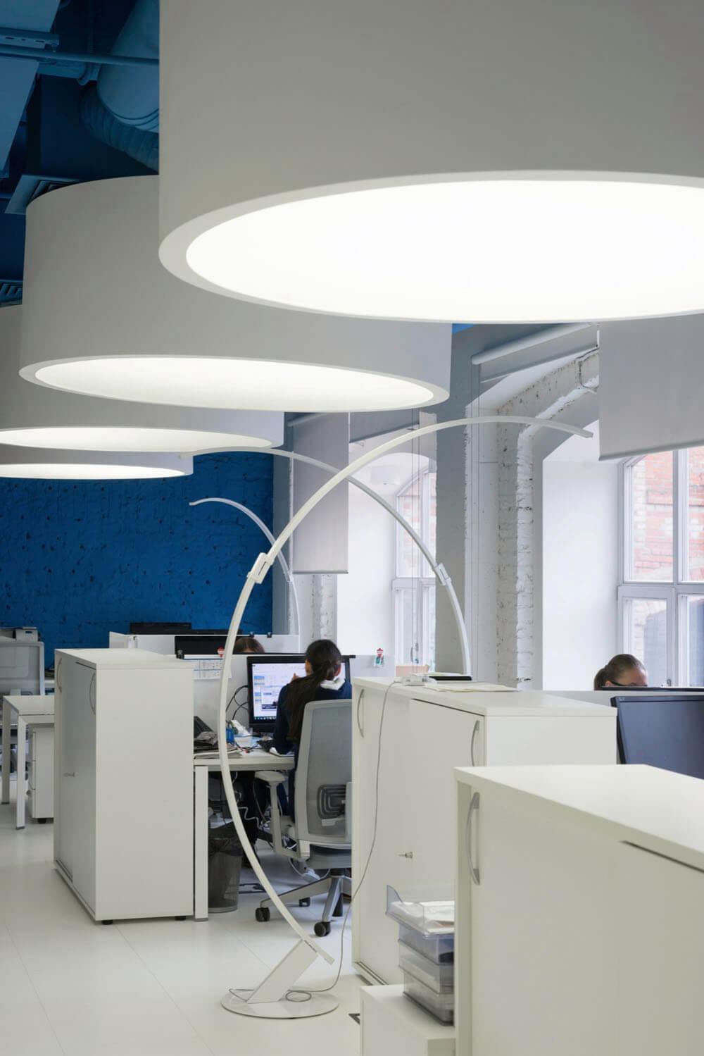 Креативное оформление офиса синий потолок с большими белыми цилиндрическими светильниками - фото 2
