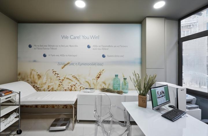 Дизайнерский стул Ghost в кабинете центра здорового питания Medicare Vita в Афинах