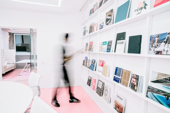 Полки для книг в офисе