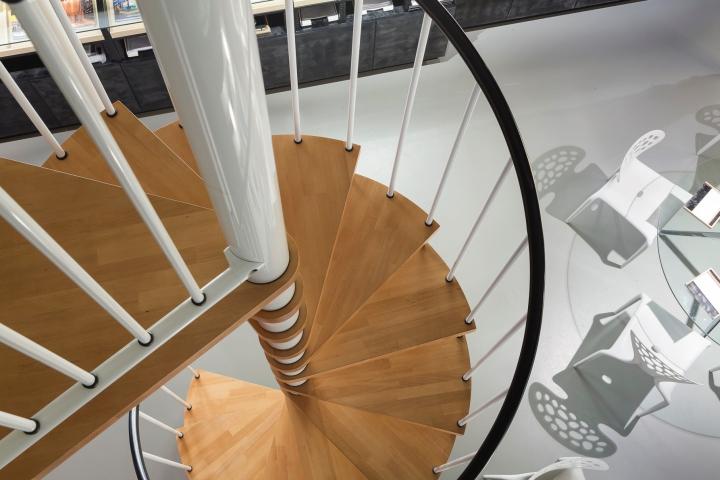 Вид сверху на винтовую лестницу