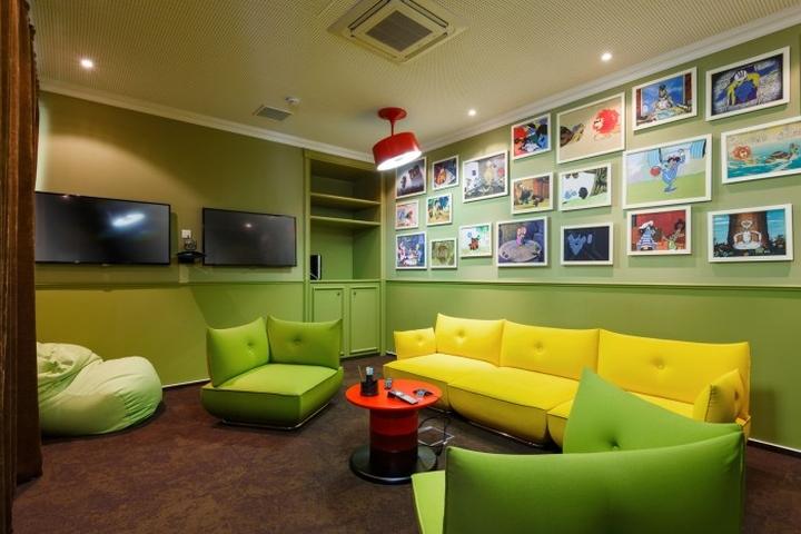 Комната отдыха для сотрудников с мягкой мебелью в офисе