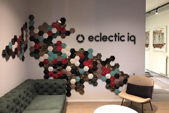 Приемная офиса с инсталляцией
