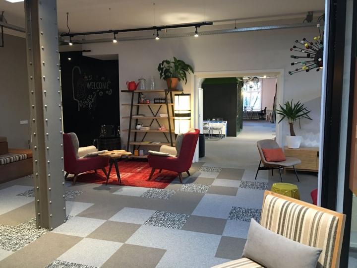 Интерьер кухни с кофейными столиками  и мягкими креслами